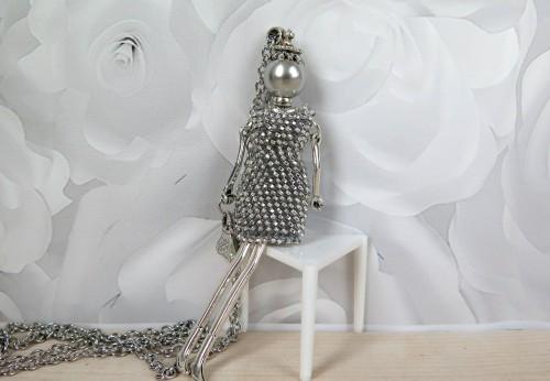 Damutė žėrinčia sidabrine mini suknele