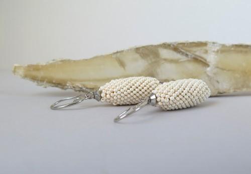 Kreminės perlų spalvos pailgi auskarai