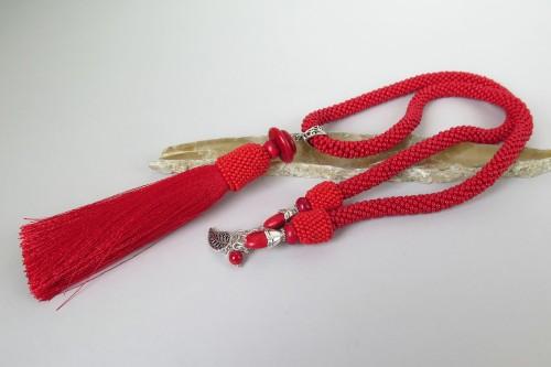 Raudonas kaklo papuošalas su kutu