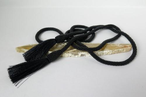 Juodas kaklo papuošalas su kutais