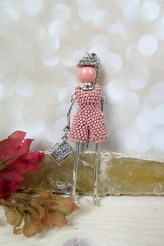 Rožinė mergaitė su šortais